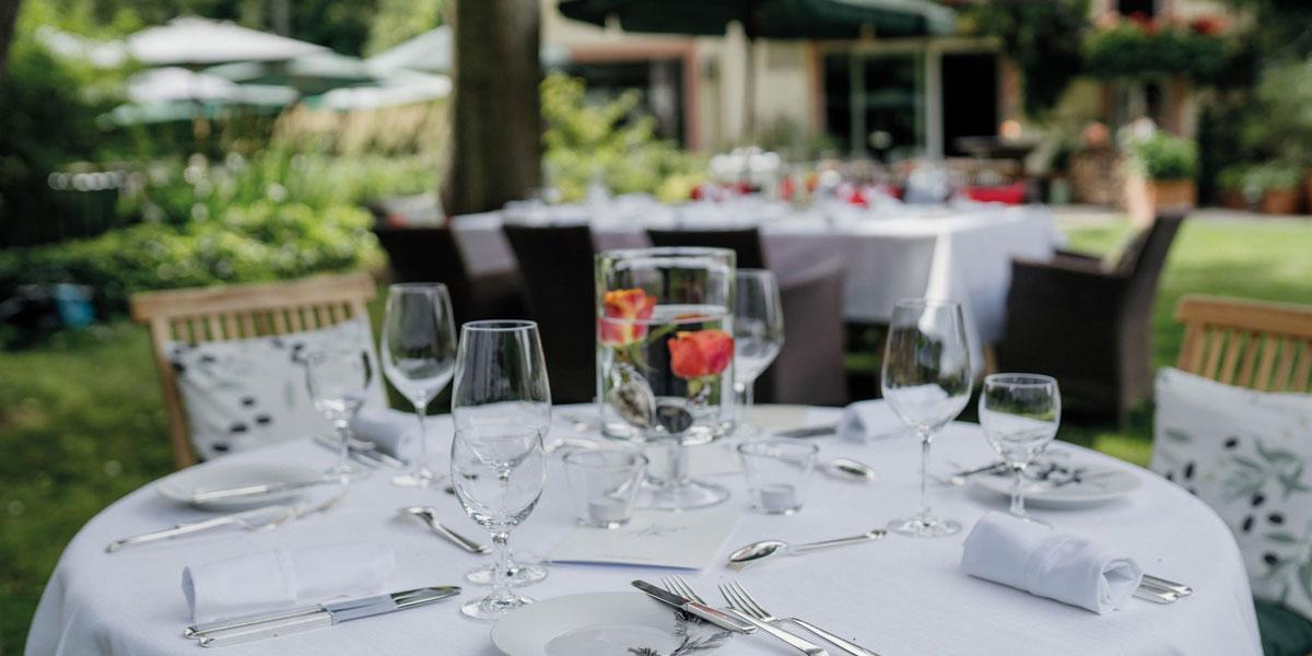 Gedeckter Tisch im Garten von Rüssels Landhaus
