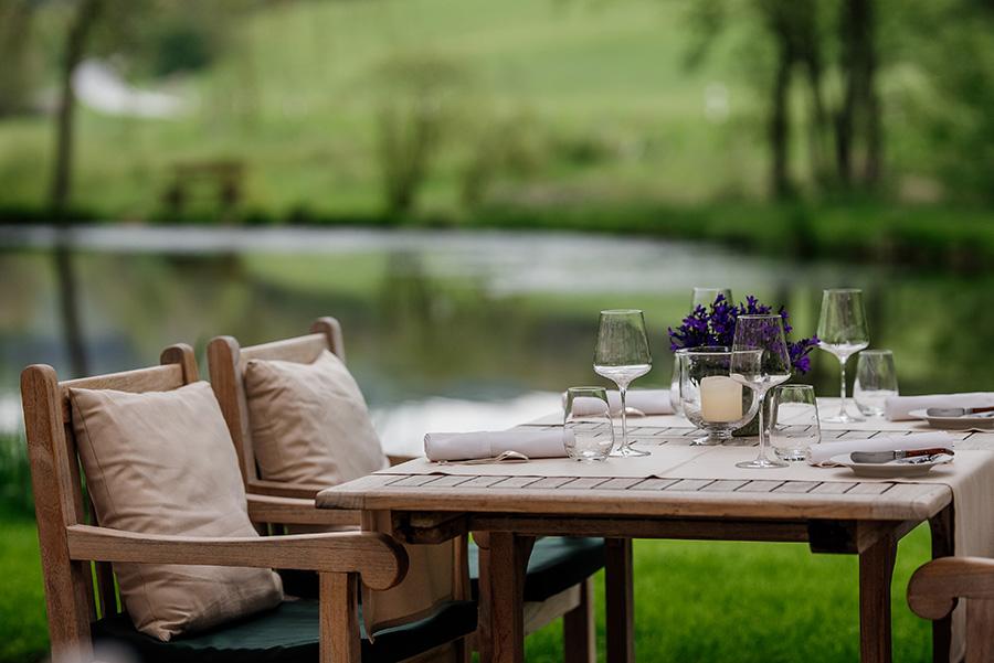 Gedeckter Tisch auf der Landhausterrasse am Teich von Rüssels Landhaus nahe Trier