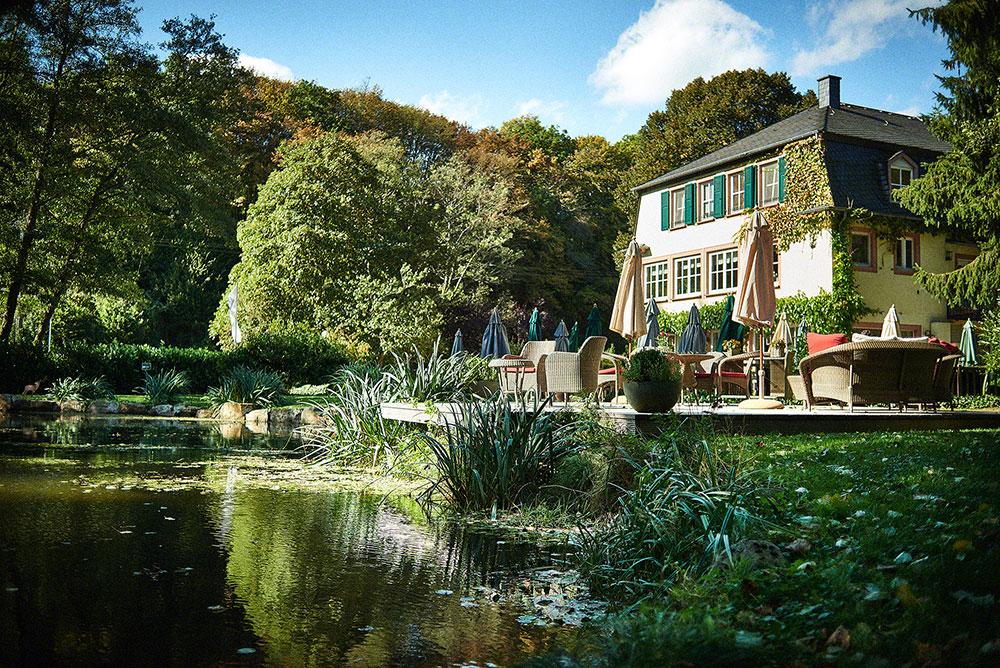 Teich und Terrasse vom Boutique Hotel Rüssels Landhaus nahe Trier
